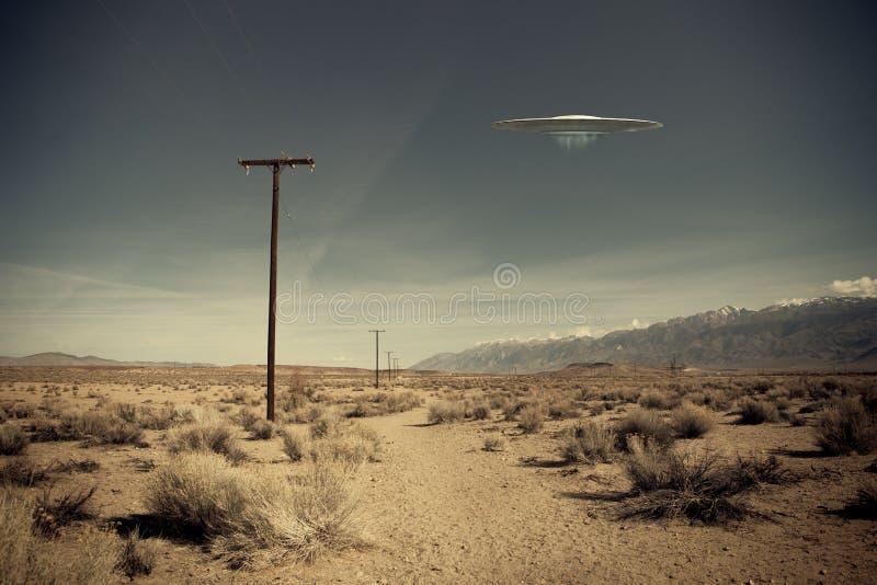 UFO πέρα από το δρόμο ερήμων στοκ φωτογραφία