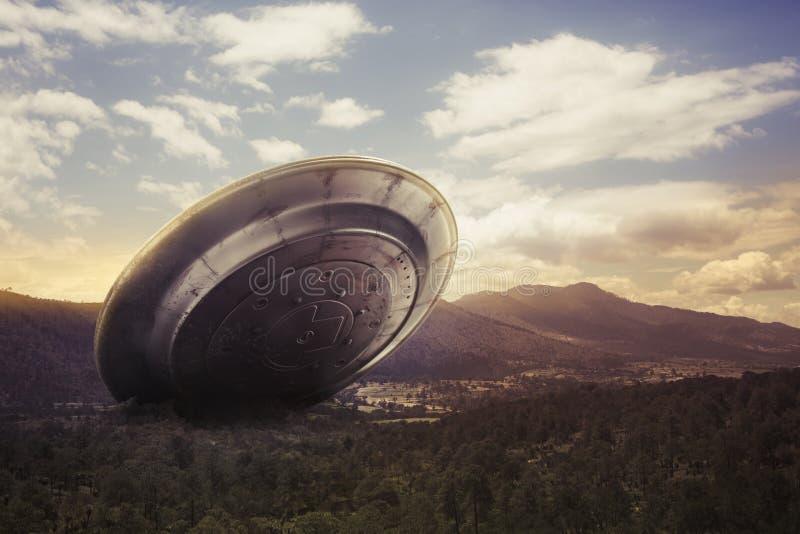UFO, das auf einem Tal abbricht lizenzfreie stockfotografie