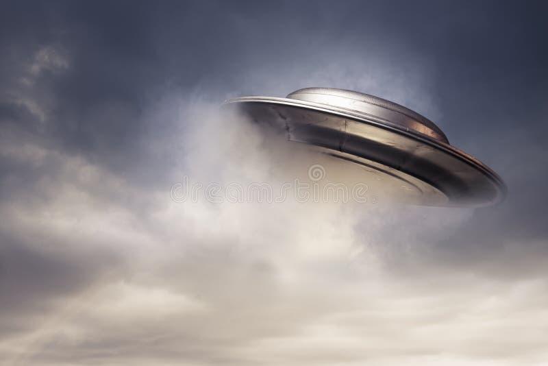 UFO grande que emerge de las nubes imagen de archivo libre de regalías