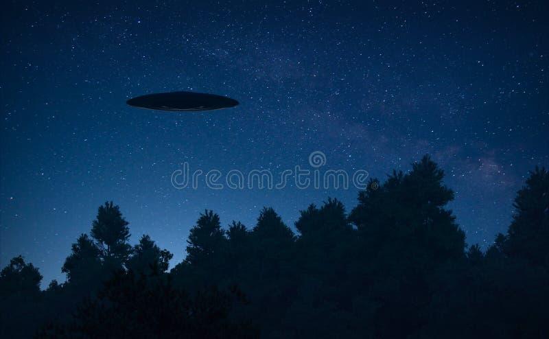 UFO na floresta da noite ilustração do vetor