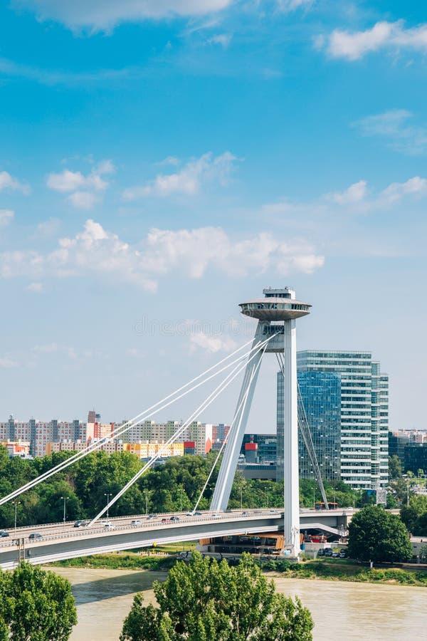 UFO Observation Deck och bridge på Donaufloden i Bratislava i Slovakien arkivfoto