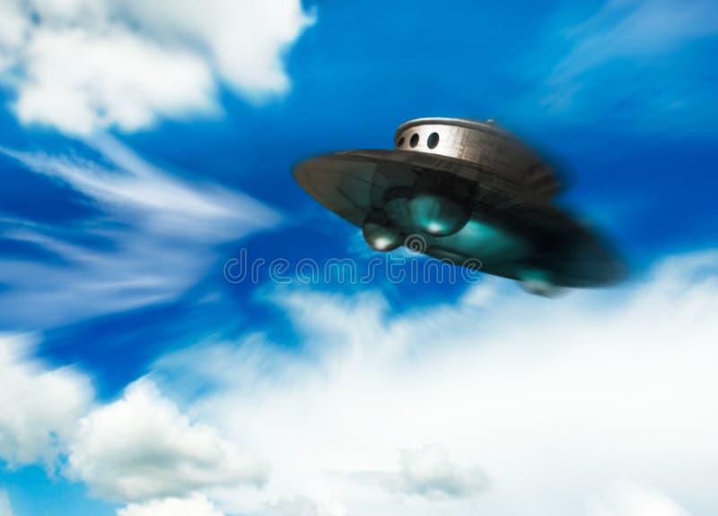 UFO que move-se no céu nebuloso ilustração do vetor