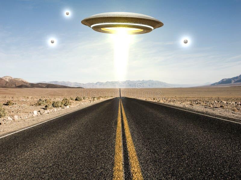 UFO que voa sobre uma estrada vazia do deserto ilustração stock