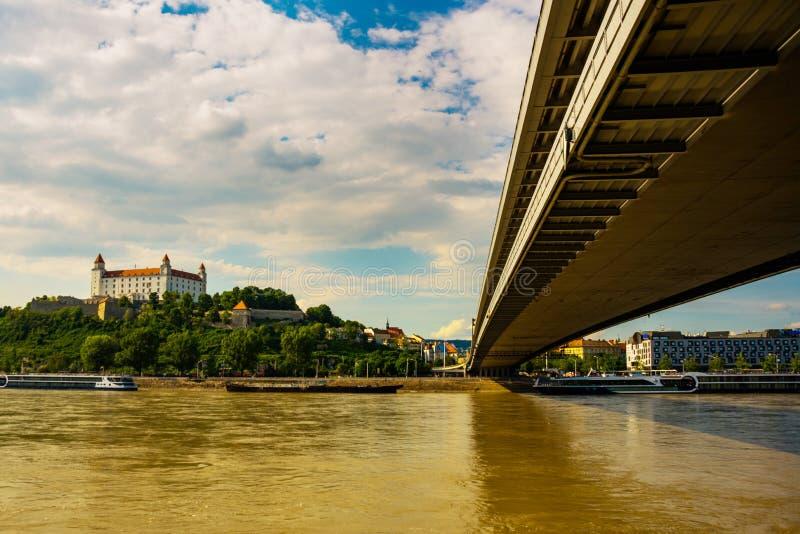 ufobro Sikt på den Bratislava slotten och gammal stad över Danubet River i den Bratislava staden, Slovakien royaltyfri fotografi