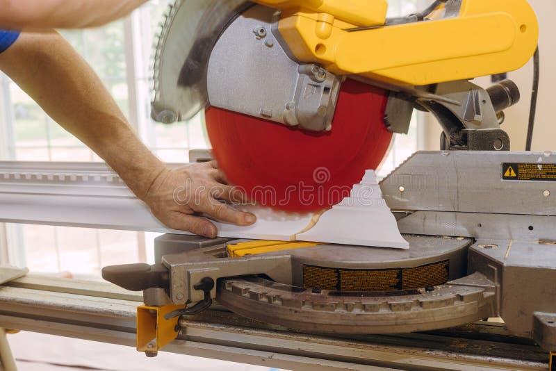 Uformowanie korony na potrzeby renowacji nowego budynku w trakcie budowy w robotach wykończeniowych fotografia stock