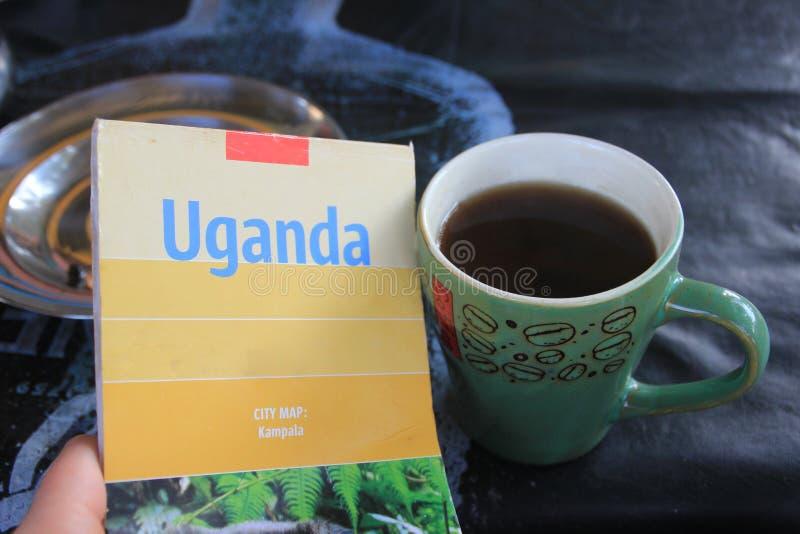 Uganda kubek z Świeżym Czarnej kawy smakiem i mapa zdjęcie royalty free