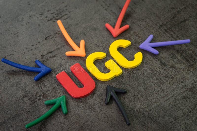 UGC,使用者产生的内容使用在品牌通信网上广告概念,指向词UGC的多颜色箭头 免版税库存照片