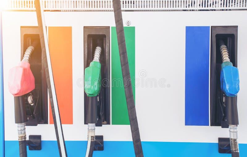 Ugelli di riempimento della pompa di benzina variopinta isolati su fondo bianco fotografia stock