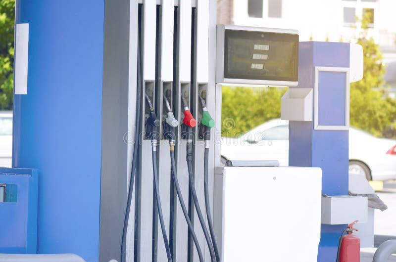Ugelli di riempimento della pompa di benzina immagine stock