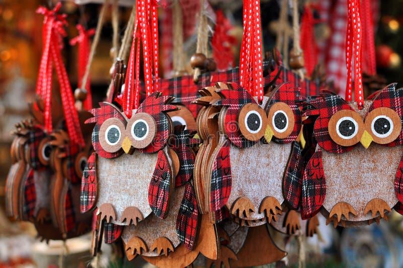 Ugglagarneringar på en julmarknad royaltyfria foton