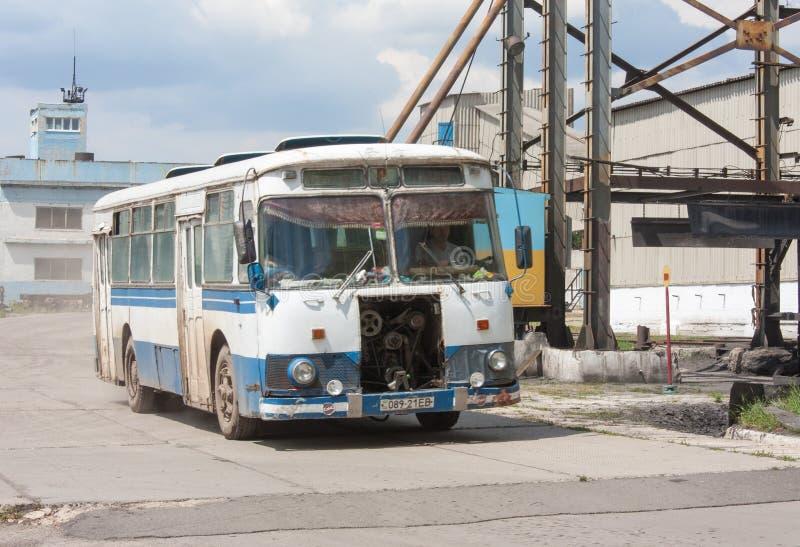 Ugledar; Ucrânia - 17 de julho; 2013: O ônibus velho projetou transportar mineiros fotos de stock royalty free