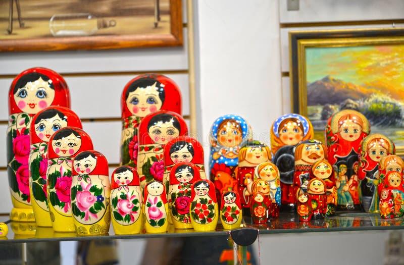 Uglich, Rosja Sprzedaż gniazdować lale w prezenta sklepie obraz royalty free