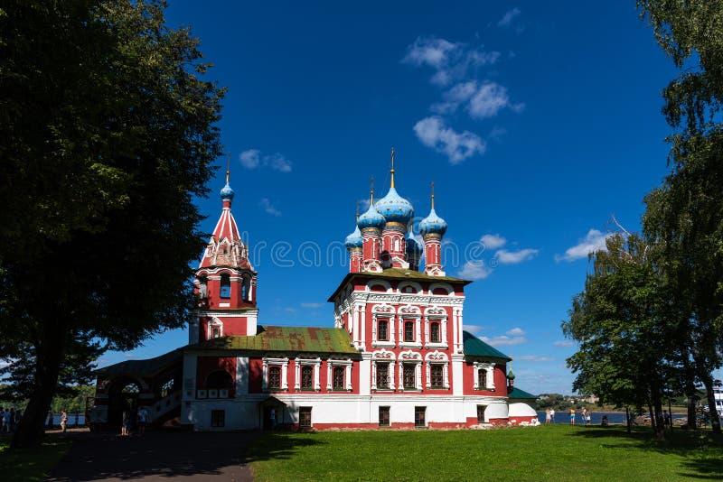 Uglich, Rusia - 11 de agosto de 2018: Iglesia de St Dmitry en la sangre Iglesia ortodoxa hermosa en los bancos del Volga, el Krem imagenes de archivo