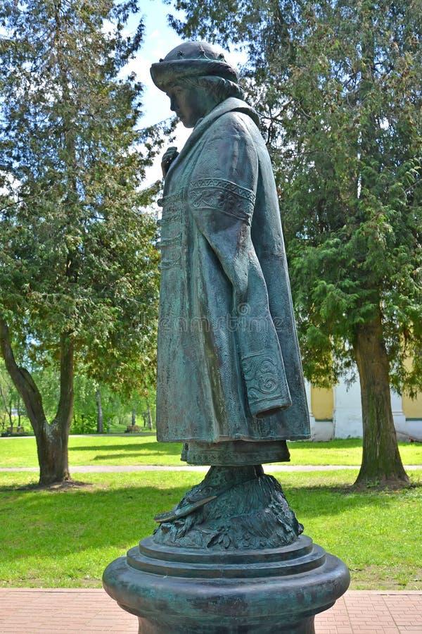 Uglich, Rusia Un monumento a Dimitrii Tsarevich asesinado en Uglich el Kremlin Vista lateral foto de archivo