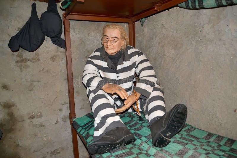 Uglich, Rusia Una figura de cera del preso que se sienta en una cama en la cámara Museo del arte de la prisión foto de archivo