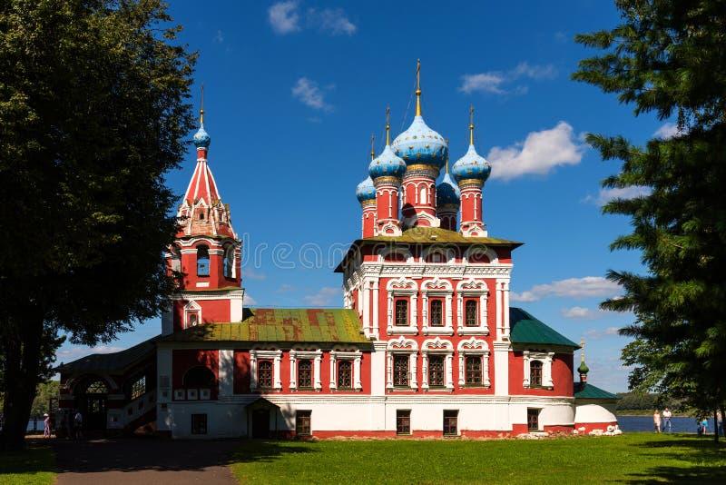 Uglich, Rusland - Augustus 11, 2018: Kerk van St Dmitry op het Bloed Mooie Orthodoxe Kerk op de banken van Volga, het Kremlin royalty-vrije stock afbeelding