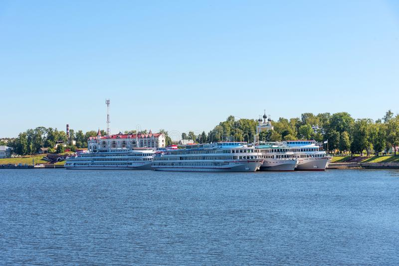 Uglich, Rusland - Augustus 11, 2018: Panorama van cruiseschepen bij de pijler van Uglich royalty-vrije stock foto's