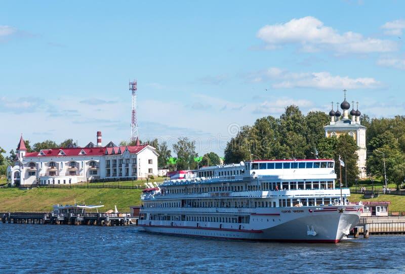 Uglich, Rusland - Augustus 11, 2018: Panorama van cruiseschepen bij de pijler van Uglich royalty-vrije stock fotografie