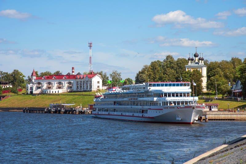 Uglich, Rusland - Augustus 11, 2018: Panorama van cruiseschepen bij de pijler van Uglich stock fotografie