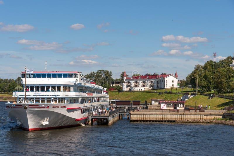 Uglich, Rusland - Augustus 11, 2018: Panorama van cruiseschepen bij de pijler van Uglich royalty-vrije stock foto