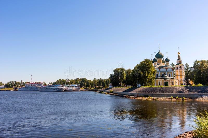 Uglich, Rusland - Augustus 11, 2018: Panorama van cruiseschepen bij de pijler van Uglich stock foto