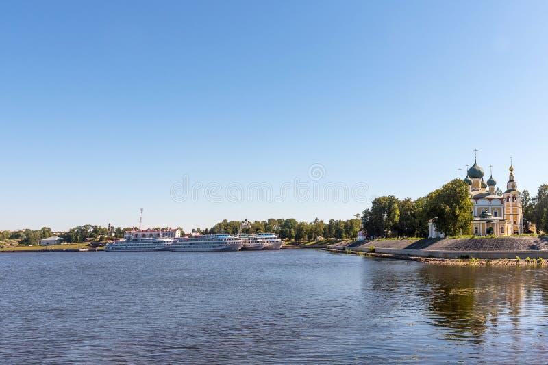 Uglich, Rusland - Augustus 11, 2018: Panorama van cruiseschepen bij de pijler van Uglich stock foto's