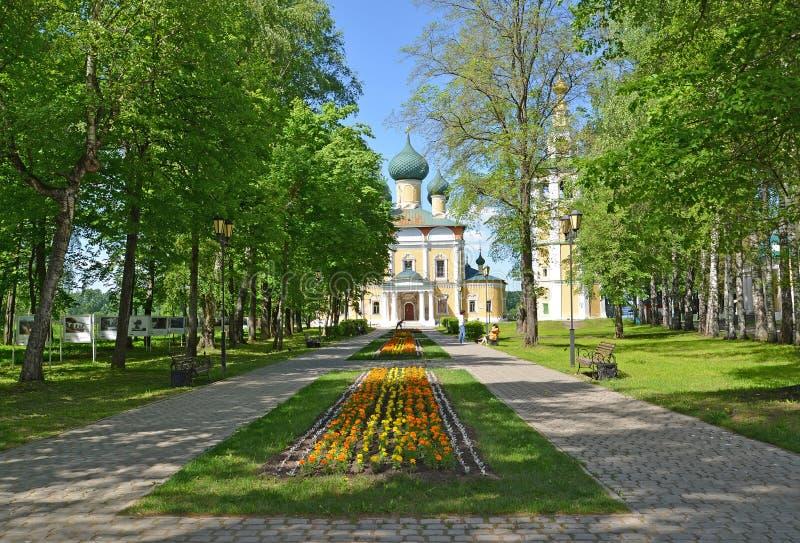 Uglich, Rusland Het grondgebied van Uglich het Kremlin die de Transfiguratiekerk en het Heilige Maagdelijke Lof van Mary overzien stock foto's