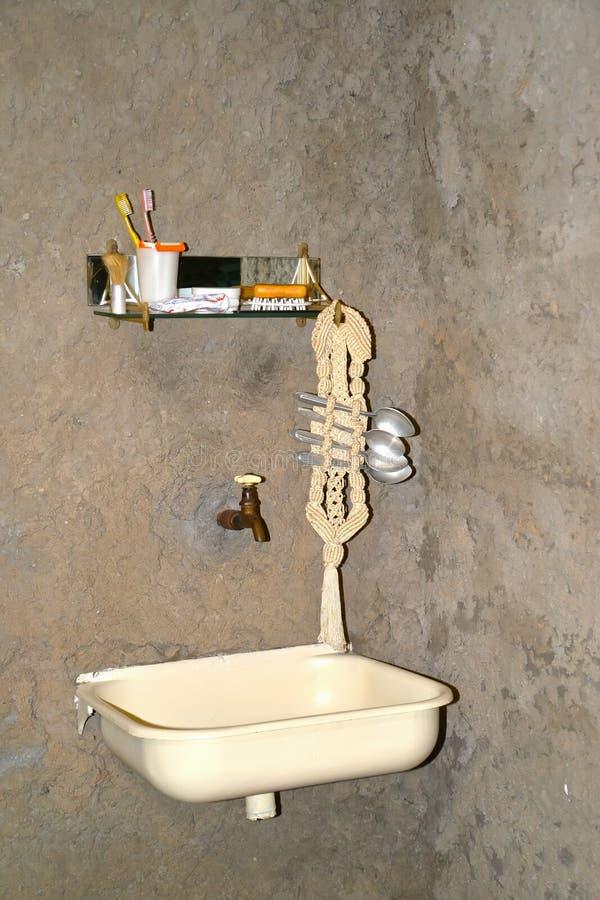 Uglich, Rusland Het wasbassin in de gevangeniscel Museum van gevangenisart. stock foto's