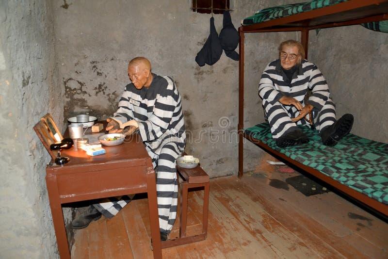 Uglich, Rusland Twee gevangenen zitten in de gevangeniscel Museum van gevangenisart. stock foto's