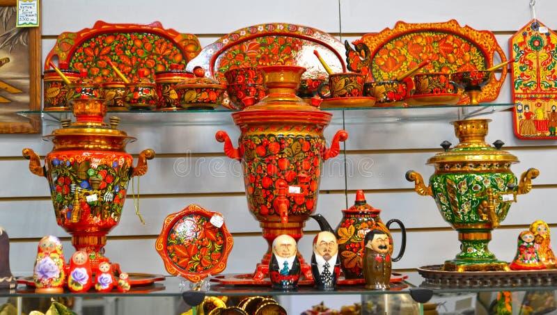 Uglich, Rusland Verkoop van voorwerpen met Khokhloma-het schilderen in giftwinkel royalty-vrije stock fotografie