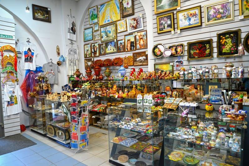 Uglich, Russland Verkauf von Gegenständen von Künsten und von Handwerk im Souvenirladen stockfotografie