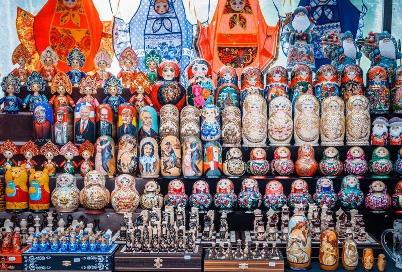 Uglich Ryssland - 20 Juli 2017: Färgrika ryska bygga bodockor Matryoshka på marknaden RyssSanta Claus Ded moroz royaltyfri bild