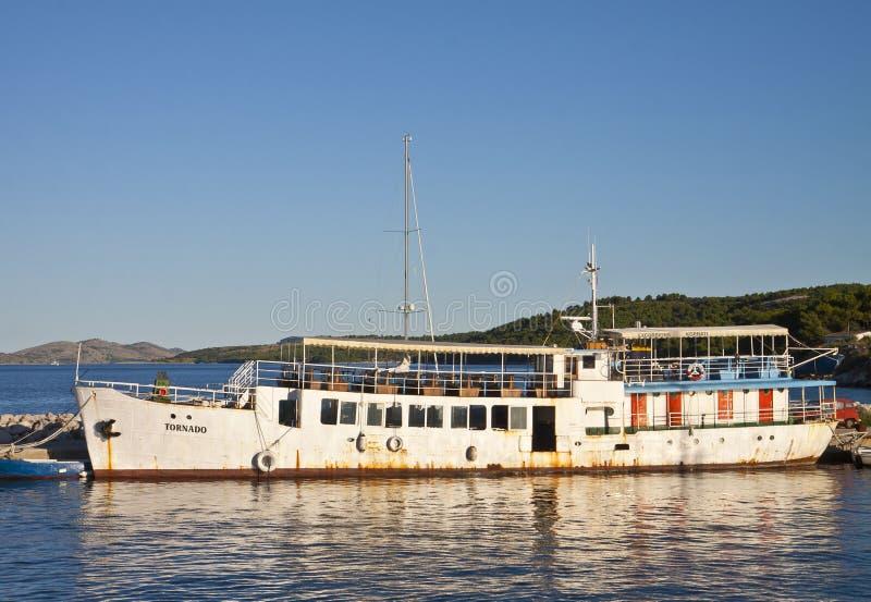Uglijan wyspa, Chorwacja - zaniechany ośniedziały pływa statkiem statek przy molem obraz royalty free