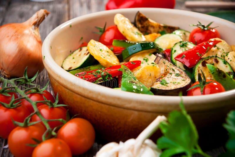 Ugn grillade grönsaker royaltyfria foton