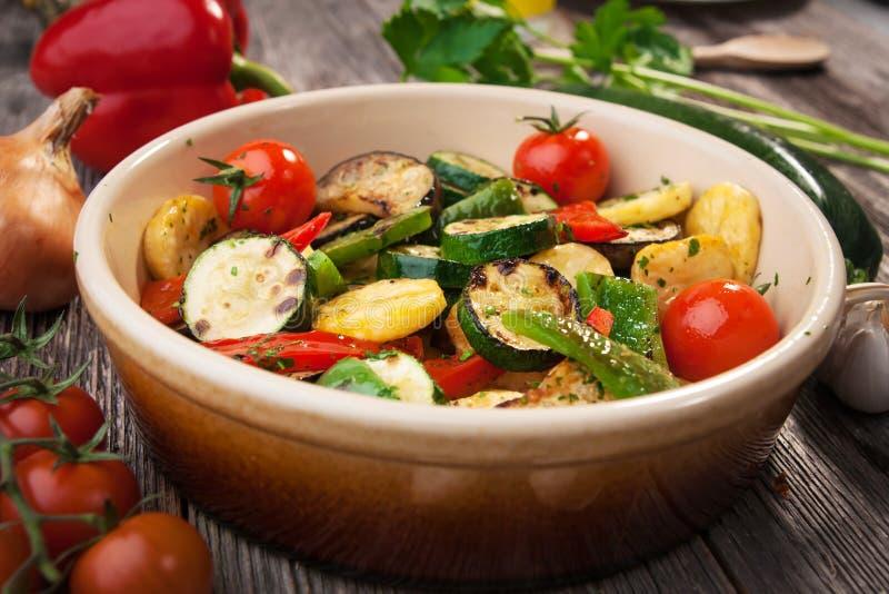 Ugn grillade grönsaker arkivbilder
