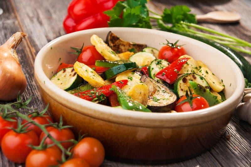 Ugn grillade grönsaker royaltyfri foto