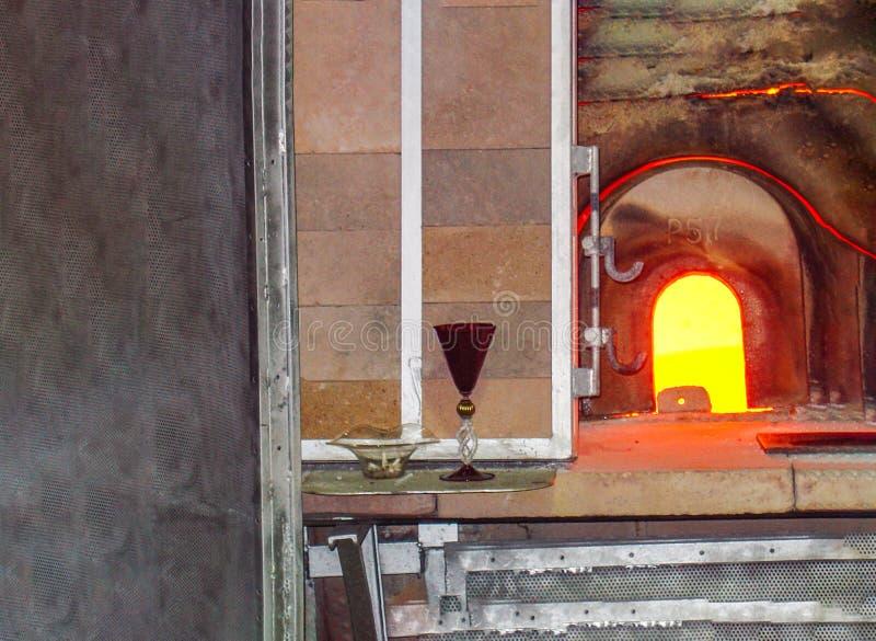 Ugn och avslutad glasföremål i Venedig, Italien arkivbilder