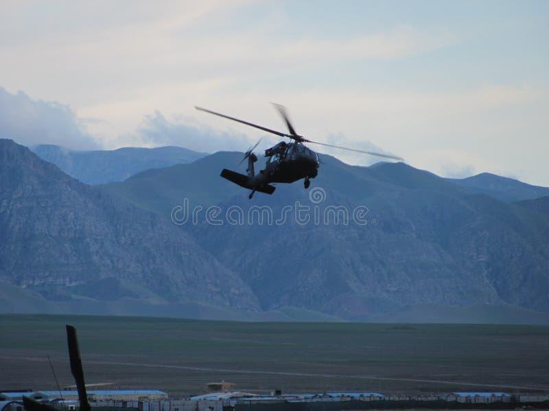 UH-60 Blackhawk flaring в посадку Северный Афганистан стоковое фото