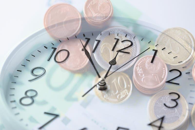 Uhr über Eurogeld mit Doppelbelichtung lizenzfreie stockfotos