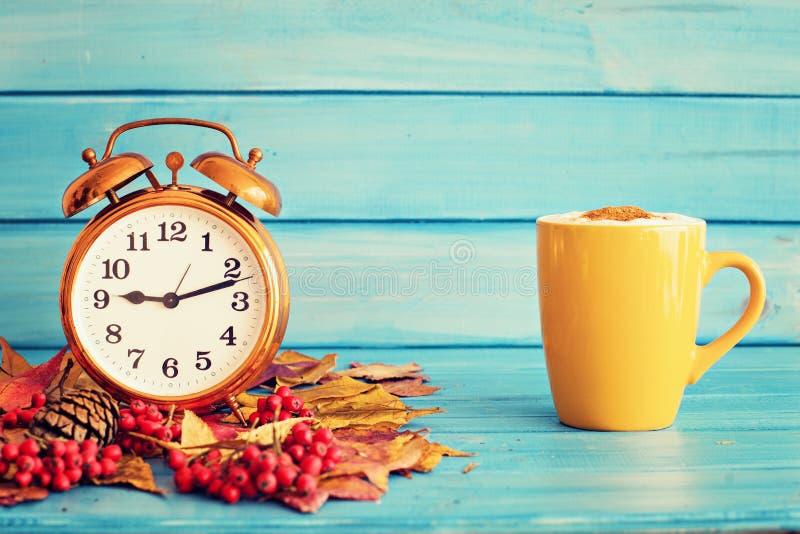 Uhr über Herbstblättern lizenzfreie stockbilder