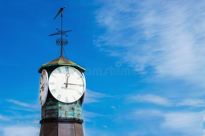 Uhr auf Aker Brygge in Oslo, Norwegen lizenzfreie stockfotos