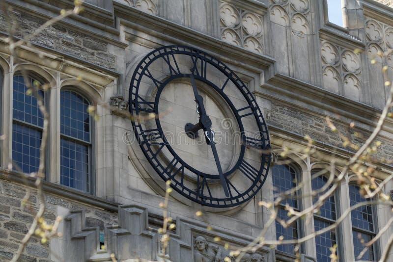Uhr auf Blair Hall lizenzfreies stockfoto