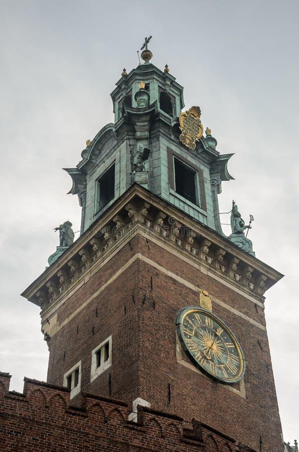 Uhr auf dem Turm des königlichen Schlosses Wawel in Krakau, Polen lizenzfreie stockbilder