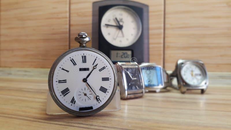 Uhr auf hölzernem Hintergrund lizenzfreie stockfotos