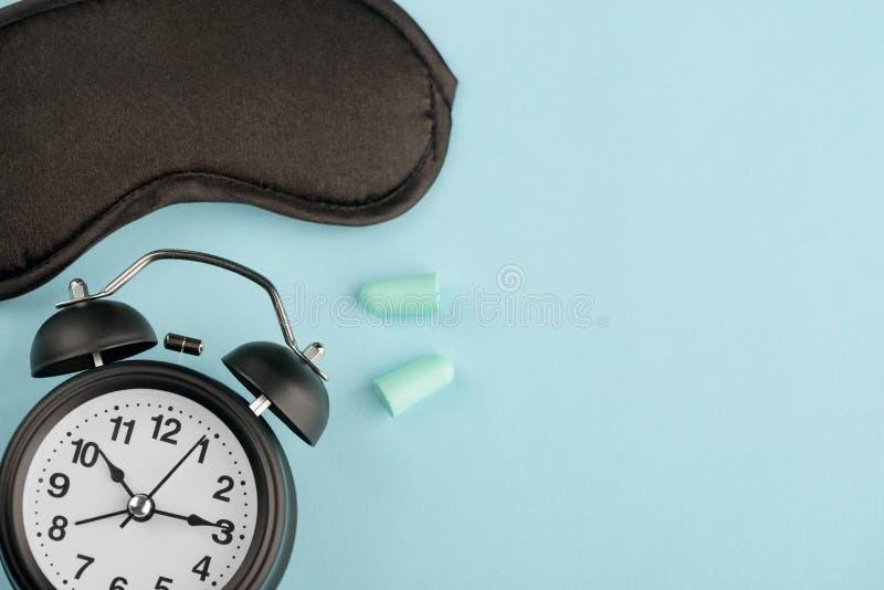 Uhr, Augenmaske und Ohrenpfropfen lizenzfreie stockfotografie