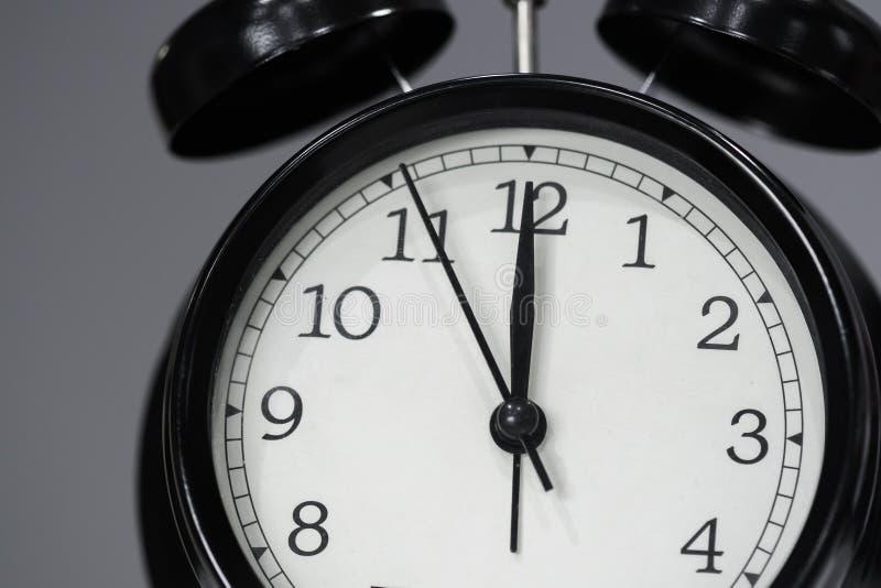 Uhr, die am Mittag darstellt stockbild
