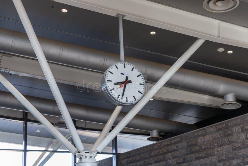 Uhr mit einer großen Skala mit dem Logo der israelischen Eisenbahngesellschaft in der Halle Bahnhofs Beit Sheans in Israel lizenzfreies stockbild