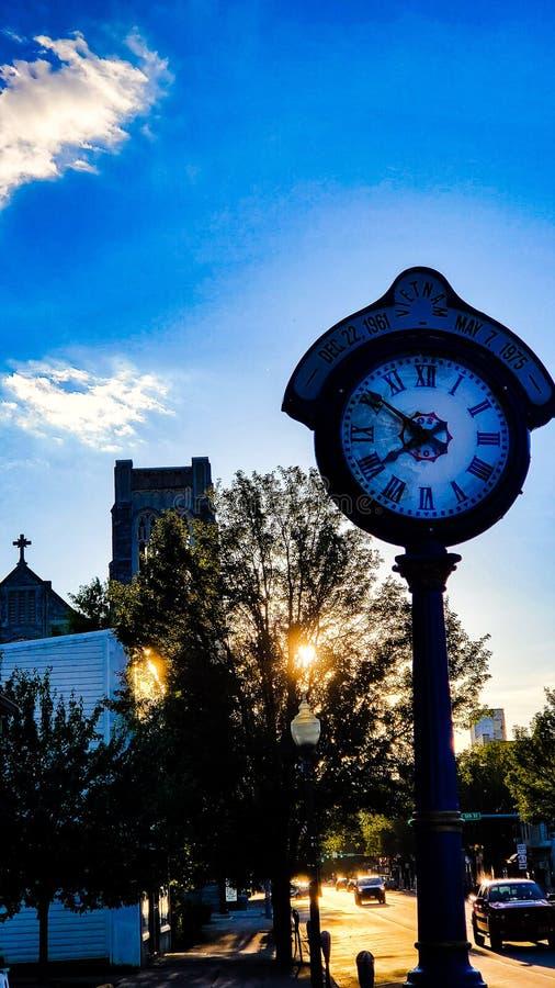 Uhr Pole auf Straße stockbild