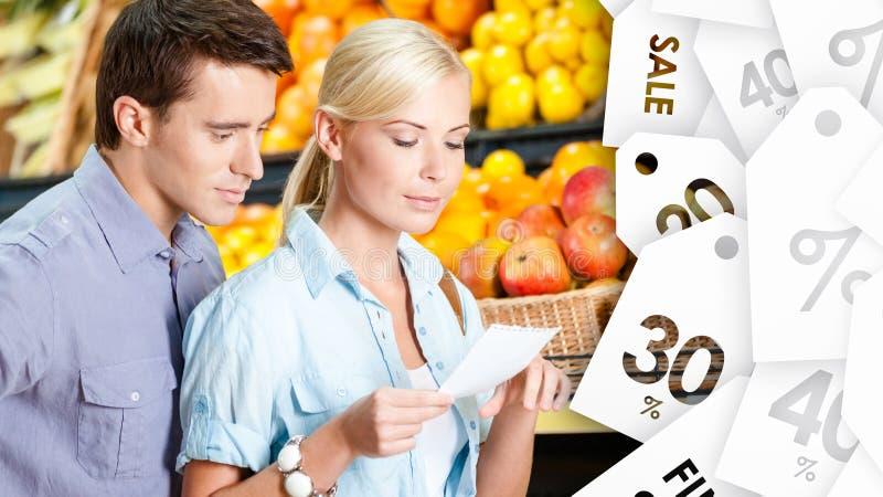 Uhr-Speicherangebot des glücklichen Paars lizenzfreie stockfotografie