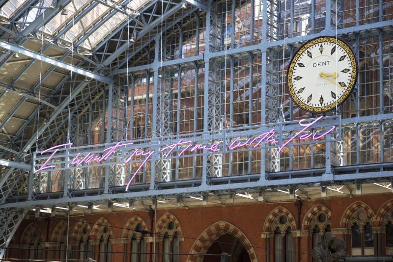 Uhr an St- Pancrasstation der Hauptschienenanschluß stockfotografie
